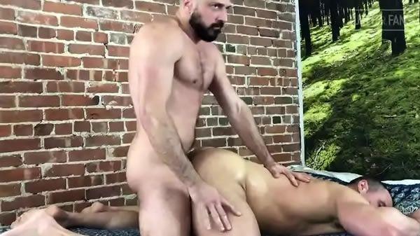 Malhadão dando o cu sem camisinha